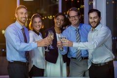 Businesspeople som rostar exponeringsglas av champagne Royaltyfri Foto