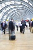 Businesspeople som rusar i korridoren, rörelsesuddighet Royaltyfri Foto