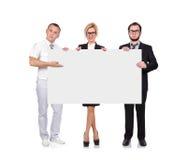 Businesspeople som rymmer svart tavla Royaltyfri Foto