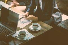Businesspeople som sitter möte i coffee shop för att diskutera som är nytt Arkivbild