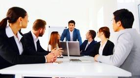 Businesspeople som sitter på tabellen Royaltyfri Bild