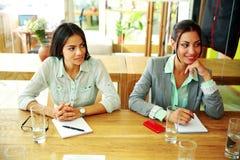 Businesspeople som sitter på tabellen under ett möte fotografering för bildbyråer