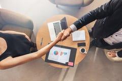 Businesspeople som skakar händer efter ett lyckat möte arkivbilder