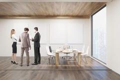 Businesspeople som talar i konferensrum med fyra affischer Royaltyfri Bild