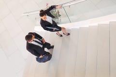 Businesspeople som talar, som de går in i kontoret royaltyfri fotografi