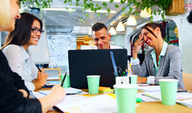 Businesspeople som tillsammans arbetar runt om tabellen Arkivbild