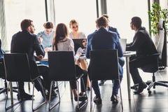 Businesspeople som tillsammans diskuterar i konferensrum under möte på kontoret Fotografering för Bildbyråer