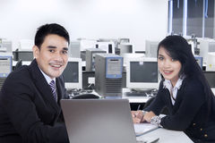 Businesspeople som tillsammans i regeringsställning arbetar 1 Royaltyfri Bild