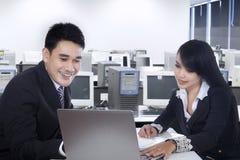 Businesspeople som tillsammans i regeringsställning arbetar Arkivfoto
