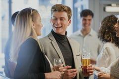 Businesspeople som tycker om Efter-arbete drinkar royaltyfria bilder