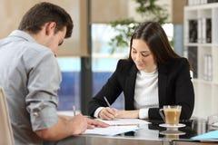 Businesspeople som undertecknar avtal efter avtal Arkivbilder