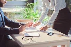 Businesspeople som undertecknar dokument under möte royaltyfria bilder