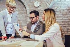 Businesspeople som väljer kandidaten som hyr i jobb arkivfoto