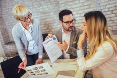 Businesspeople som väljer kandidatståendefotoet för att hyra i jobb arkivfoto