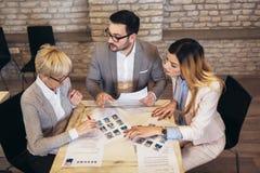 Businesspeople som väljer kandidatståendefotoet för att hyra i jobb royaltyfria foton