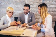 Businesspeople som v?ljer kandidatst?endefotoet f?r att hyra i jobb arkivbilder