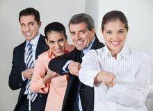Businesspeople som verkar i konsert arkivbild