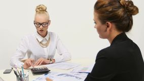 Businesspeople twee, of bedrijfspersoon en cliënt stock videobeelden