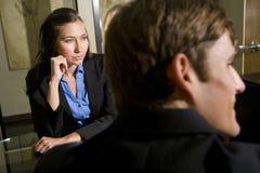 Businesspeople twee die in vergadering luistert royalty-vrije stock foto's
