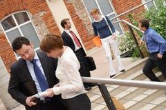 businesspeople utanför arkivbild