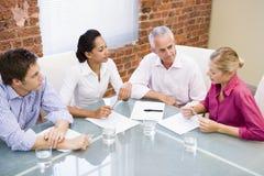 Businesspeople vier in bestuurskamer Stock Foto's