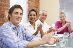 Businesspeople vier in bestuurskamer het toejuichen Royalty-vrije Stock Foto's