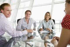 Businesspeople vier in een bestuurskamer royalty-vrije stock foto's