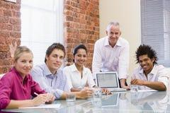 Businesspeople vijf in bestuurskamer met laptop stock afbeelding