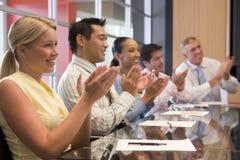 Businesspeople vijf bij bestuurskamerlijst het toejuichen Stock Fotografie