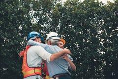 Businesspeoplelyckönskan och krama tillsammans för achievem arkivbilder
