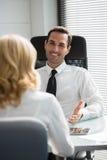 businesspeple, das eine Sitzung im Büro hat Stockfotos