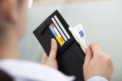 Businessperson με το ανοικτό πορτοφόλι Στοκ φωτογραφία με δικαίωμα ελεύθερης χρήσης