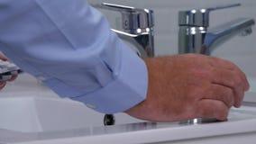 Businessperson που τακτοποιεί ένα γυαλί για τα φάρμακα και τα χάπια νερού στο νεροχύτη απόθεμα βίντεο