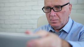 Businessperson στην έναρξη γραφείων που λειτουργεί με ένα lap-top απόθεμα βίντεο