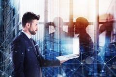Businessperson στην αρχή που συνδέει στο δίκτυο Ίντερνετ με ένα lap-top Έννοια της συνεργασίας και της ομαδικής εργασίας Στοκ φωτογραφία με δικαίωμα ελεύθερης χρήσης