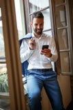 Businessperson στο τηλέφωνο κυττάρων που καλεί το συνέταιρο Στοκ Εικόνα