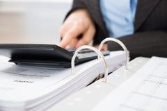 Φόρος υπολογισμού Businessperson Στοκ φωτογραφία με δικαίωμα ελεύθερης χρήσης