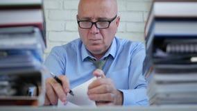 Businessperson in Boekhoudingsbureau die Financiële Documenten doorbladeren stock footage
