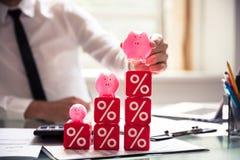 Businessperson Building Cubic Blocks met Percentagesymbolen royalty-vrije stock foto's