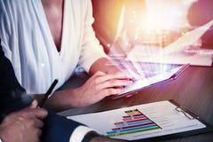 Businessperson in bureau dat op Internet-netwerk aan tablet wordt verbonden Concept vennootschap en groepswerk royalty-vrije stock foto's