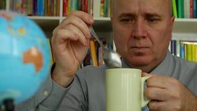 Businessperson in Bureau geniet van een Hete en Activerende Koffie stock videobeelden