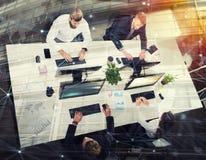 Businessperson in bureau op Internet-netwerk wordt verbonden dat Concept vennootschap en groepswerk royalty-vrije stock afbeeldingen