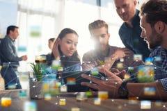 Businessperson in bureau op Internet-netwerk wordt verbonden dat Concept vennootschap en groepswerk stock afbeeldingen