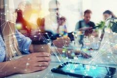 Businessperson in bureau op Internet-netwerk wordt verbonden dat Concept vennootschap en groepswerk stock foto's