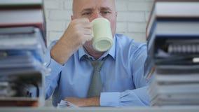 Businessperson Drink een Hete Kop thee in Bureauzaal royalty-vrije stock foto's