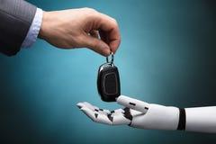 Businessperson Giving Car Key aan Robot stock afbeelding