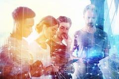 Businessperson i regeringsställning med nätverkseffekt Begrepp av partnerskap och teamwork Arkivbilder