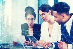 Businessperson i regeringsställning med nätverkseffekt Begrepp av partnerskap och teamwork Royaltyfria Bilder