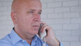 Businessperson Image Talking aan Telefoon in Bureau stock afbeelding
