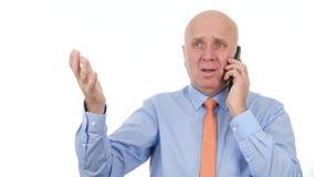 Businessperson maakt een telefoongesprek hoort het slechte nieuws zenuwachtige handgebaren maakt stock videobeelden
